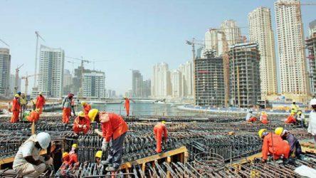Katar'daki Dünya Kupası hazırlıklarında çalışan inşaat işçileri eylemde