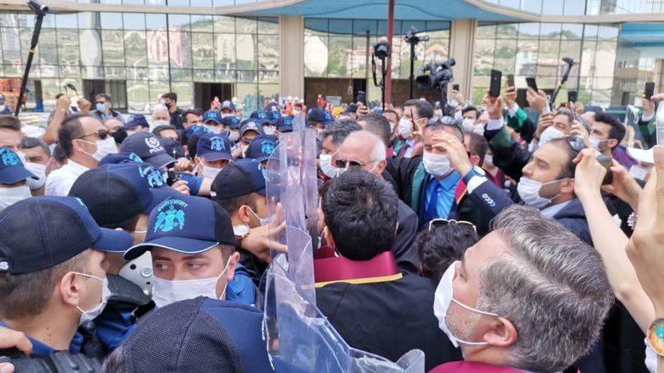 Avukatlara yönelik polis şiddetini kınayan polis memurunun meslekten çıkarılması isteniyor