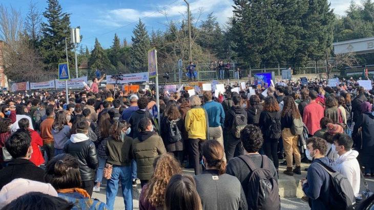 Kayyım rektörü protesto eden öğrencilerin KYK bursları kesildi!