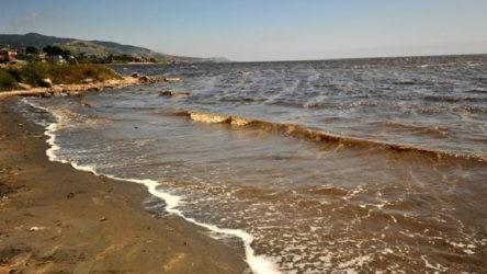 Marmara'daki kirlilik Bandırma sahillerindeki kumları siyaha boyadı: Denize girmek intihar gibi!