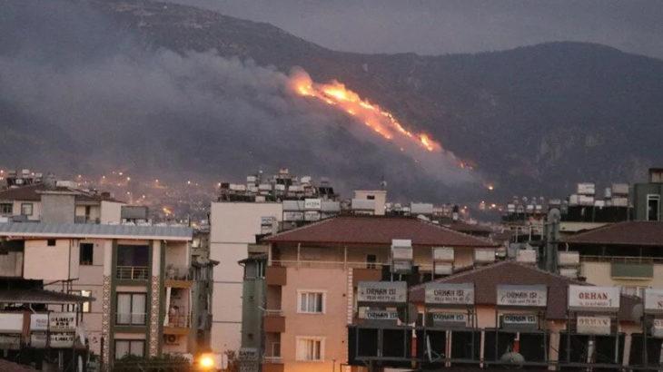 Mersin ve Hatay'da dün çıkan orman yangınına müdahale sürüyor