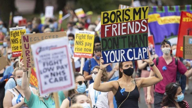 İngiltere'de sağlık çalışanları Boris Johnson 'ı protesto etti