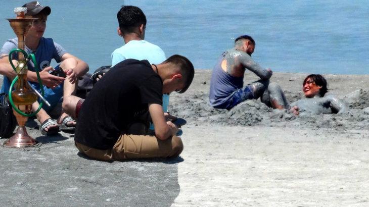 Salda Göl'ündeki tatilciler çamur banyosu yapıp plaja rögar kapağı attılar