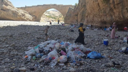 Adıyaman Kahta'da 2 bin yıllık köprü, çöpten geçilmiyor