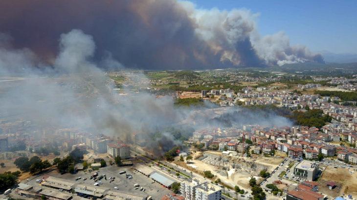 Manavgat'taki yangın hızla büyüyor: Yerleşim yerleri ve benzin istasyonlarına kadar ulaştı