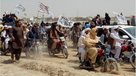 Afganistan'dan gitmek isteyen göçmenlere günde ortalama 8000 pasaport veriliyor