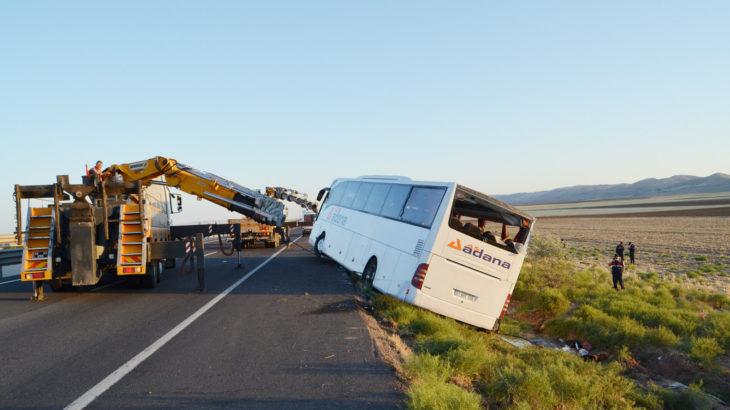 Yolcu otobüsü kaza yaptı: 22 yaralı