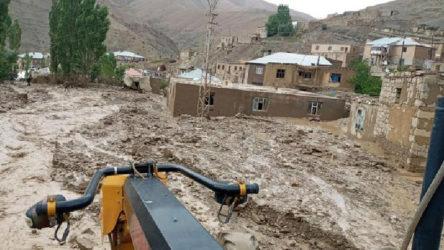 Van'da sel felaketinde 5 ev yıkıldı