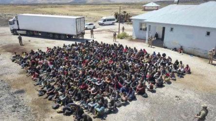 Kaçak yollarla Türkiye'ye gelen çoğu Afganistan'lı 300 sığınmacı kapalı tır dorsesinde yakalandı