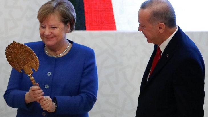 Merkel'den Afganistan açıklaması: Komşu ülkelerde yaşamlarını sürdürmelerine bakacağız