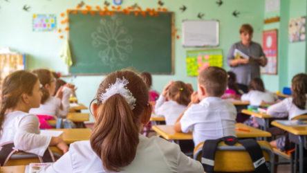 Maskesini çıkaran öğretmen öğrencilere korona bulaştırdı