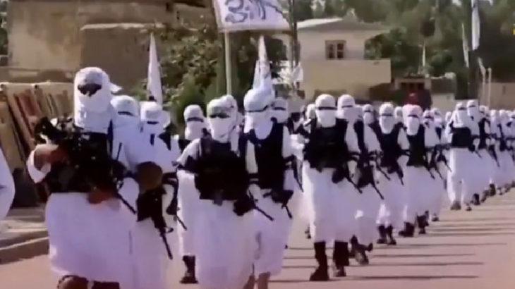 Taliban'ın canlı bombaları geçit töreni düzenledi