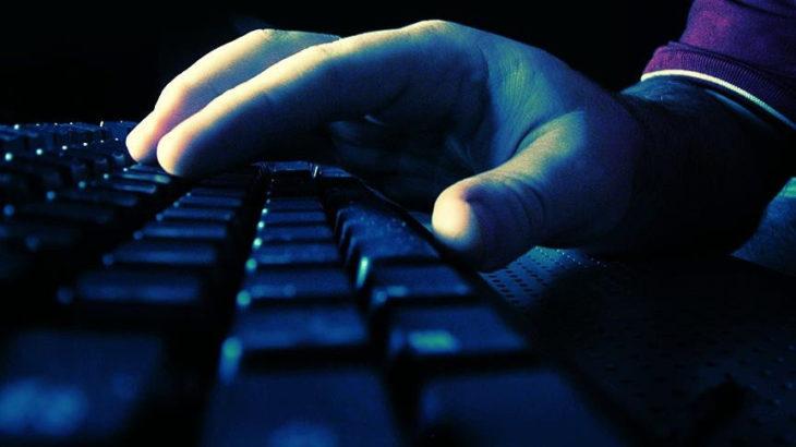 İstihbaratın bilgisayarına virüs yükleyen komiser elini kolunu sallayarak ülkeyi terk etmiş