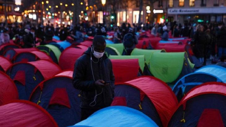 Göçmenler ve evsizler Paris Valiliği'nin önünde çadır kurdu: Çocukların yeri sokak değil okul!