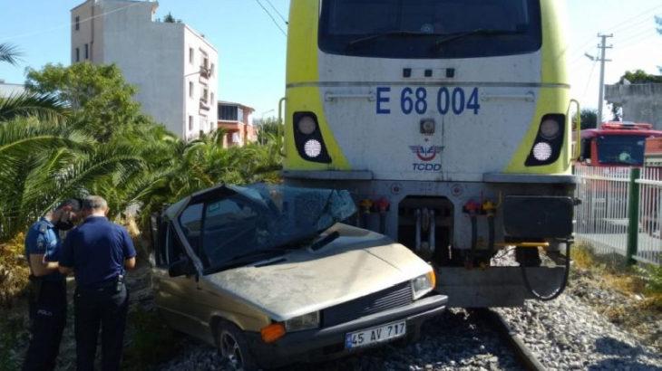 Manisa'da yolcu treni otomobille çarpıştı