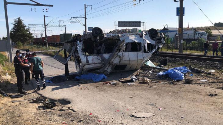 Tekirdağ Ergene'de yük treni, işçi servisine çarptı; 6 kişi yaşamını yitirdi