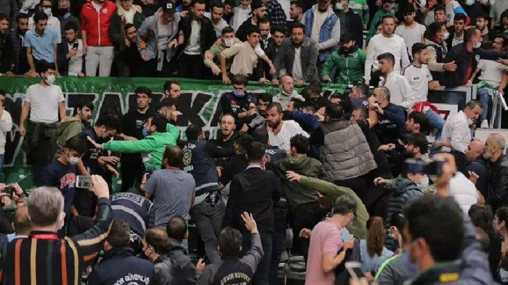 Bursaspor-Beşiktaş maçında taraftarlar birbirine girdi