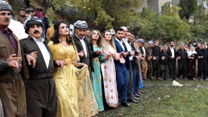 Yöresel kıyafetlerin giyildiği düğüne polis baskını